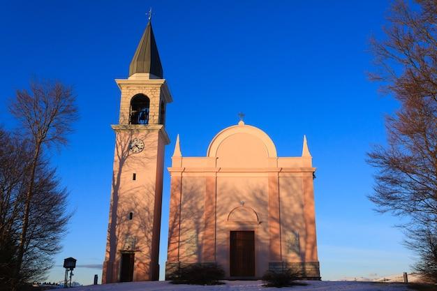 Vooraanzicht van een kerk italiaans panorama van