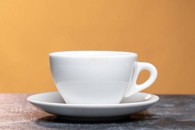 Vooraanzicht van een kopje koffie op lichte ondergrond