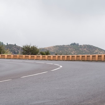 Vooraanzicht van een leeg snelwegasfalt