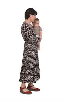 Vooraanzicht van een moeder die haar baby op een witte achtergrond draagt