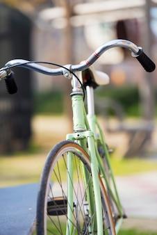 Vooraanzicht van een vintage groene geparkeerde fiets