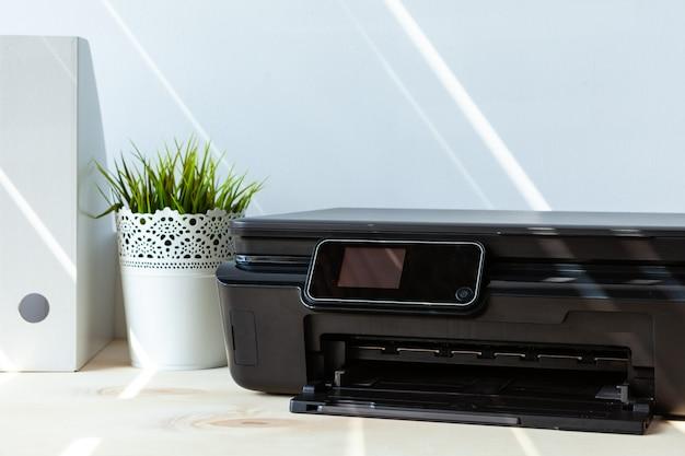 Vooraanzicht van een zwarte printer op een tafel