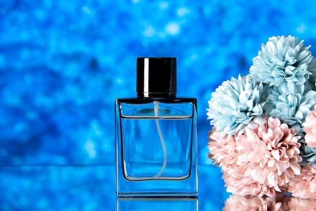 Vooraanzicht van elegant vrouwenparfum en gekleurde bloemen op blauwe achtergrond