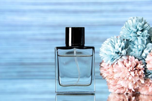 Vooraanzicht van elegante parfum gekleurde bloemen op blauwe achtergrond