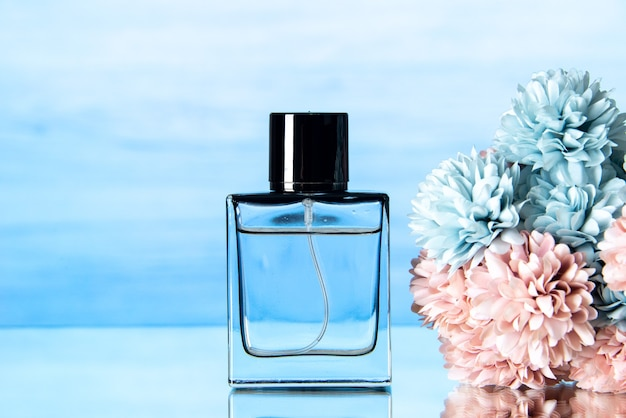 Vooraanzicht van elegante parfum gekleurde bloemen op lichtblauwe achtergrond