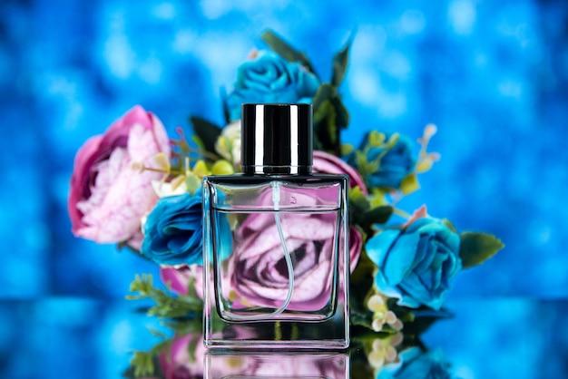 Vooraanzicht van elegante parfumfles bloemen op blauwe achtergrond