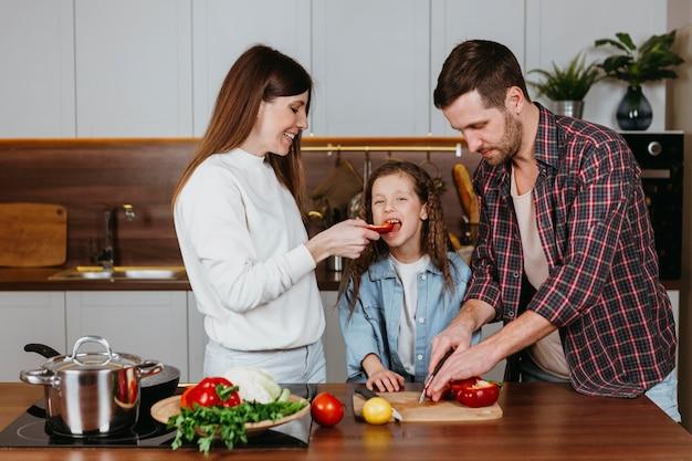 Vooraanzicht van familie die voedsel thuis voorbereidt