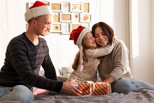 Vooraanzicht van familie op kerstmisconcept