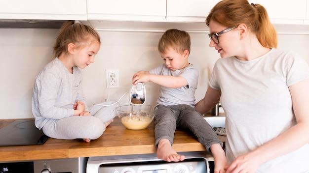 Vooraanzicht van familie thuis koken