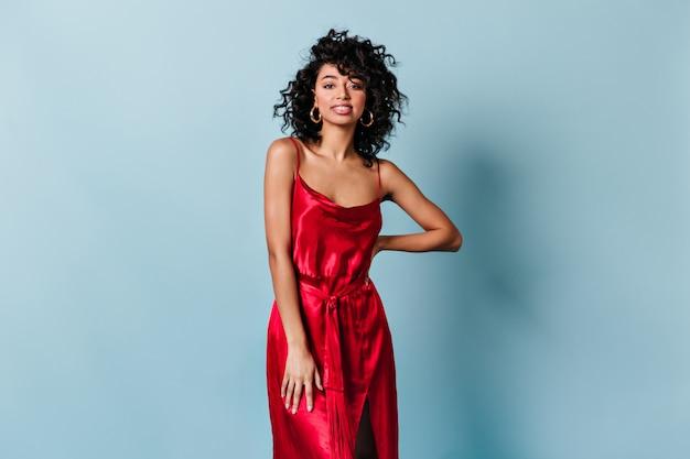 Vooraanzicht van fascinerende vrouw in rode jurk