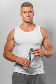 Vooraanzicht van fit man in tank top met waterfles