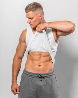 Vooraanzicht van fit man met abs