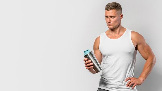 Vooraanzicht van fit man met fles water en kopie ruimte