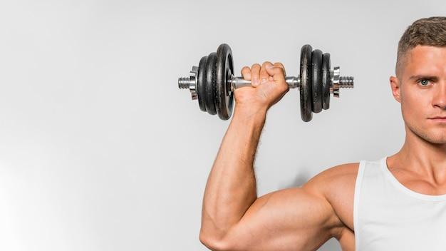 Vooraanzicht van fit man met tank top gewichten met kopie ruimte te houden