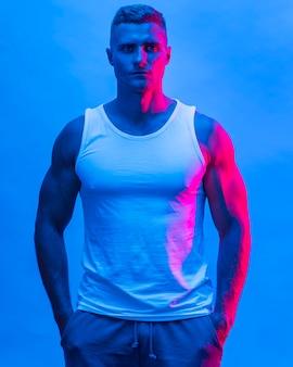 Vooraanzicht van fit man poseren in tanktop