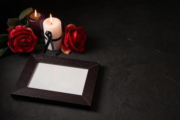 Vooraanzicht van fotolijst met rode bloemen op de zwarte