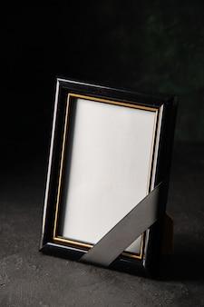 Vooraanzicht van fotolijst op donker
