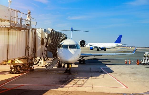 Vooraanzicht van geland vliegtuig in een terminal van bij john f. kennedy international airport