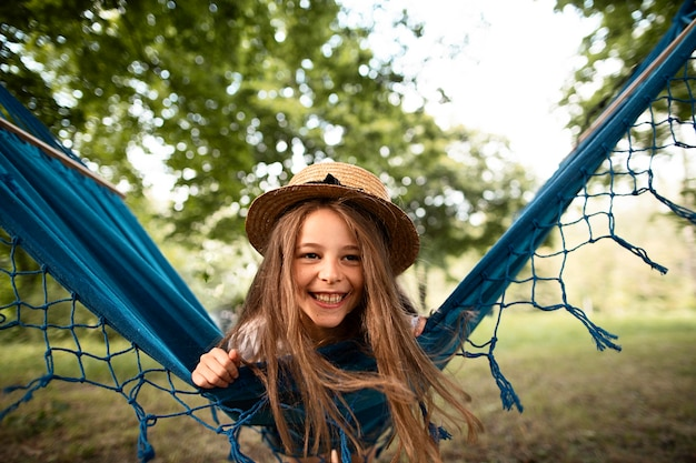 Vooraanzicht van gelukkig meisje in hangmat