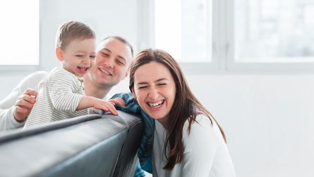 Vooraanzicht van gelukkige familie met exemplaarruimte
