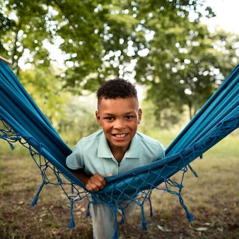 Vooraanzicht van gelukkige jongen in hangmat