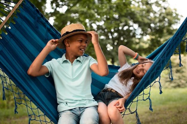 Vooraanzicht van gelukkige kinderen in hangmat