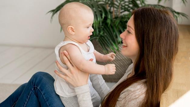 Vooraanzicht van gelukkige moeder en kind