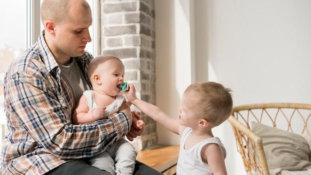 Vooraanzicht van gelukkige vader en kind