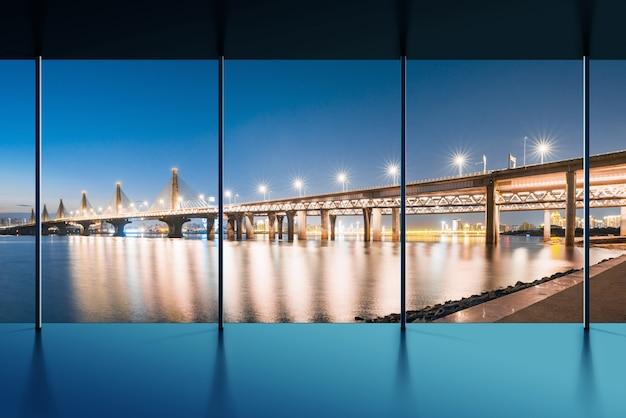 Vooraanzicht van gestoffeerd eigentijds interieur met gordijnen, panoramisch uitzicht op de stad en daglicht. 3d-weergave