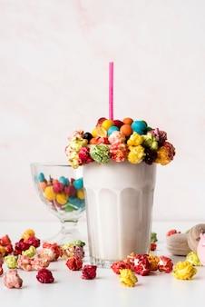 Vooraanzicht van glas dessert met kleurrijke snoep