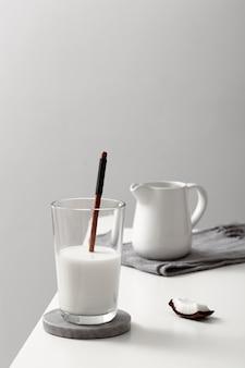Vooraanzicht van glas melk met kokos