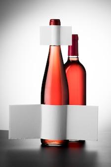 Vooraanzicht van glazen wijnflessen met blanco etiketten