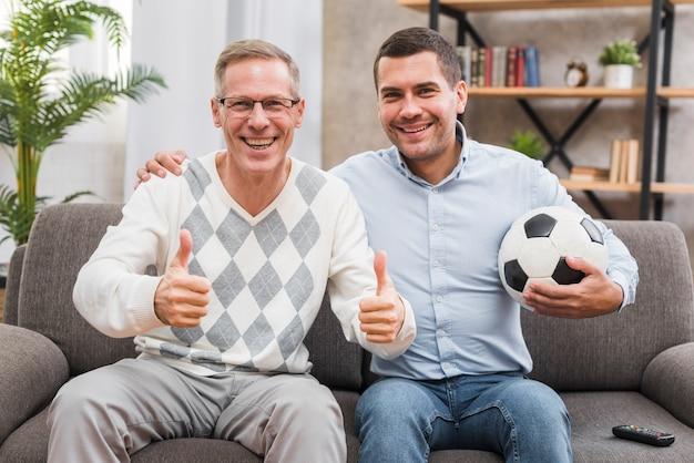 Vooraanzicht van glimlachende vader en zoon