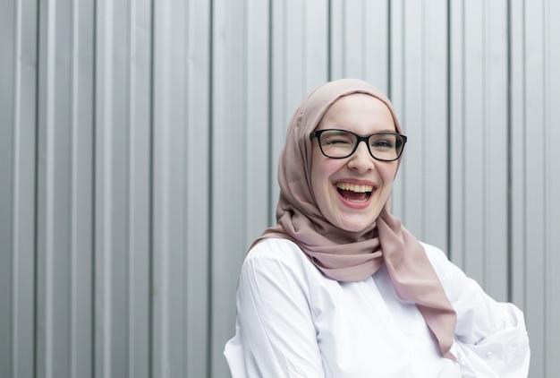 Vooraanzicht van glimlachende vrouw