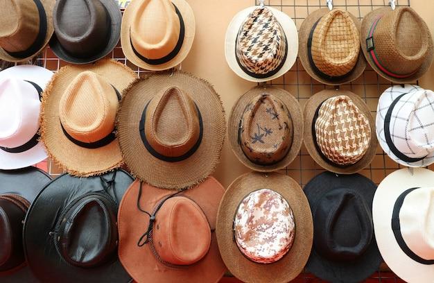 Vooraanzicht van groep mannen mode hoeden te koop opknoping op het rek
