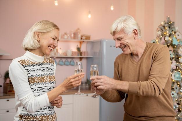 Vooraanzicht van grootouders die christms vieren