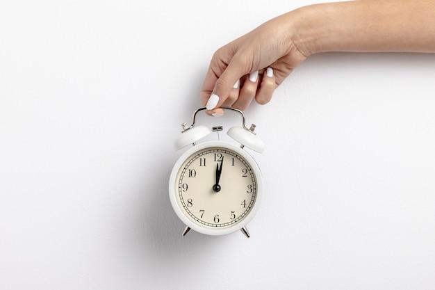 Vooraanzicht van hand - gehouden klok met exemplaarruimte