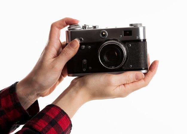 Vooraanzicht van handen die camera gebruiken