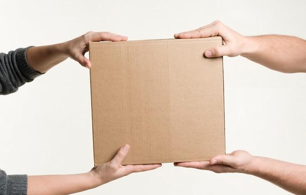 Vooraanzicht van handen met karton