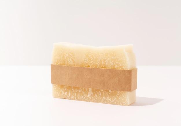 Vooraanzicht van handgemaakte zeep en ambachtelijke band voor mock-up ontwerp op witte achtergrond