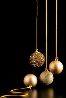 Vooraanzicht van hangende gouden kerstbollen