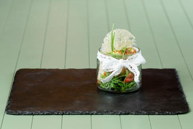 Vooraanzicht van heerlijk eten op houten tafel