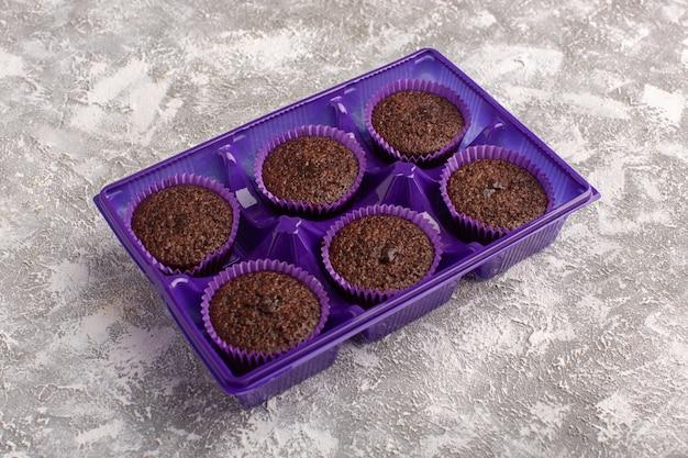 Vooraanzicht van heerlijke chocolade brownies in paarse verpakking