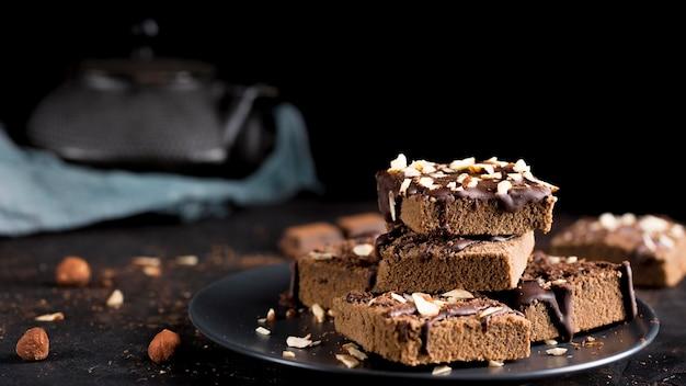 Vooraanzicht van heerlijke chocoladetaart met amandelen