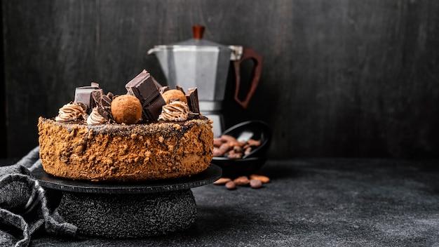 Vooraanzicht van heerlijke chocoladetaart op stand met kopie ruimte