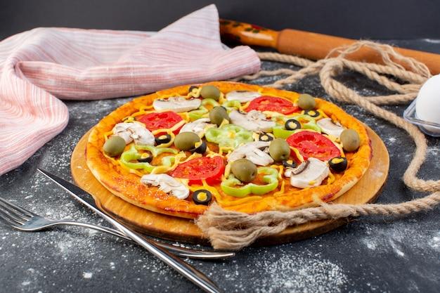 Vooraanzicht van heerlijke paddestoelpizza met de paddestoelen van tomatenolijven met kabels op de grijze oppervlakte