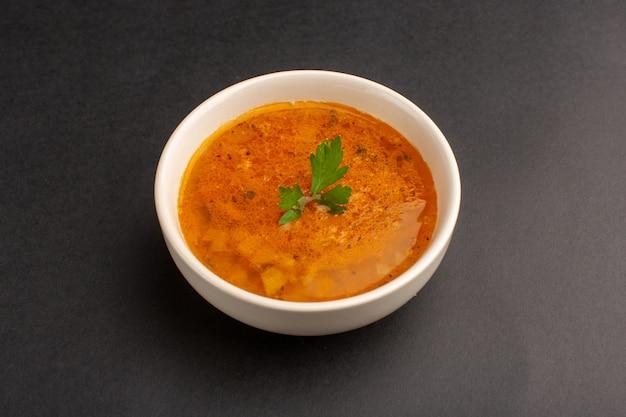 Vooraanzicht van heerlijke soep binnen plaat op de donkere schotel van de het dinermaaltijd van het bureausoepvoedsel