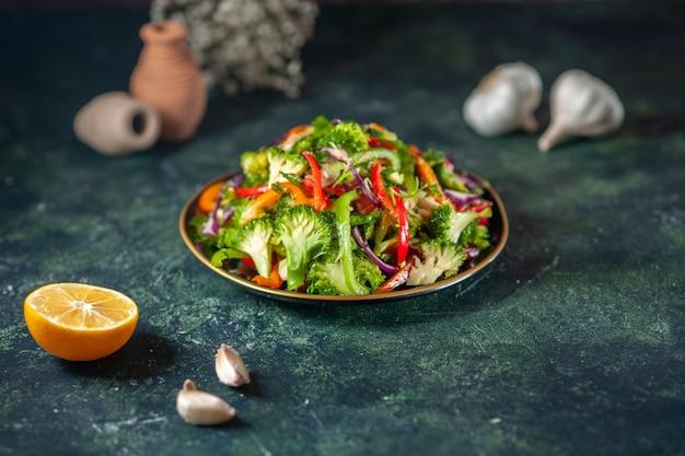 Vooraanzicht van heerlijke veganistische salade met verse ingrediënten in een bord