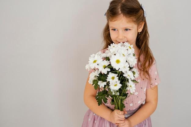 Vooraanzicht van het boeket van de meisjesholding van lentebloemen met exemplaarruimte