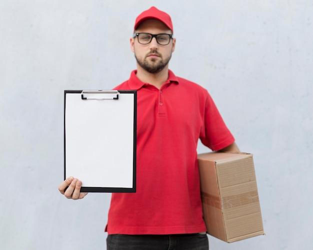 Vooraanzicht van het concept van de bezorger met exemplaarruimte